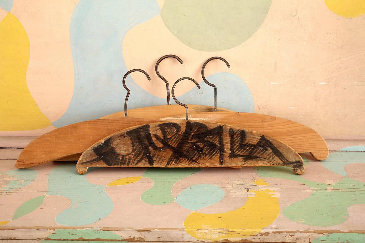 Giacomo Balla,  stampelle-in-legno con scritta FUTURBALLA
