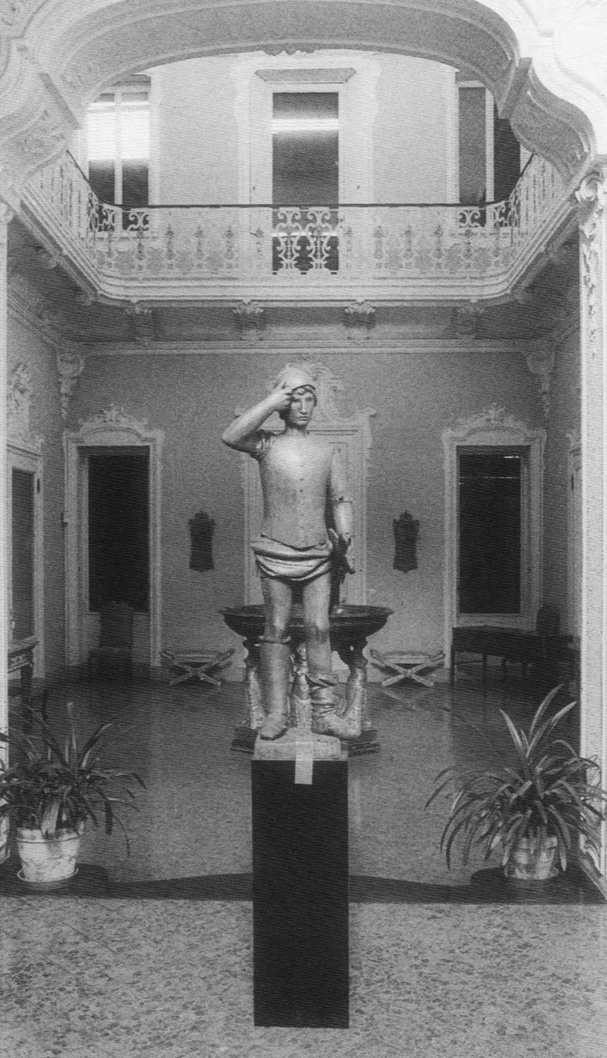 L'ingresso della Villa in una foto d'epoca (in primo piano il San Giorgio di Manzù e, dietro la grande coppa del Thomire)
