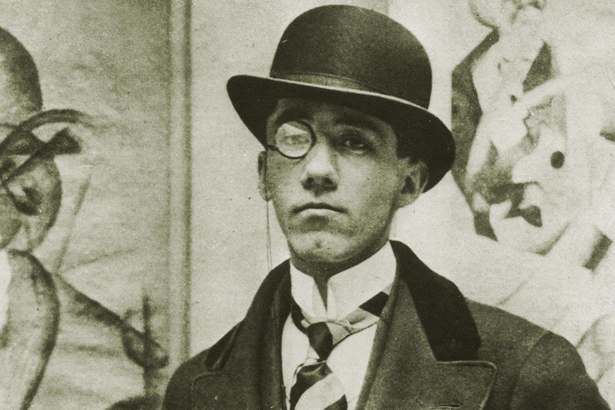Ritratto fotografico di Gino Severini accanto all'Autoritratto del 1913.JPG
