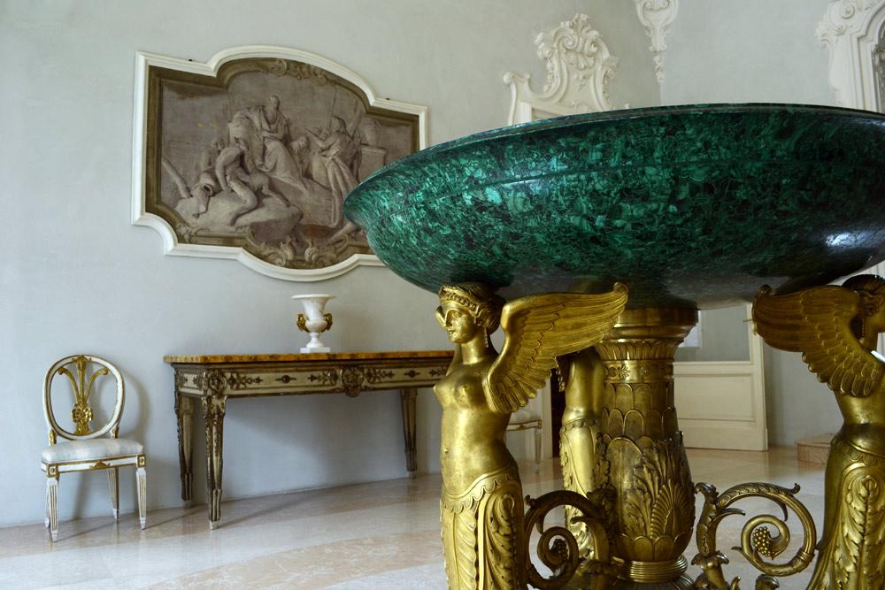 Fondazione-Magnani-Rocca.-L'atrio-d'ingresso-con-la-coppa-in-malachite-e-bronzo-dorato-di-Thomire