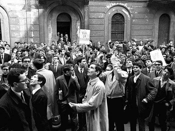 """1966: di fronte al liceo Parini gli studenti manifestano per il caso """"La zanzara """""""
